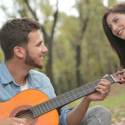 Gitarre draußen spielen